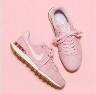 🚚 Nike internationalist pink