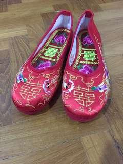 Red wedding shoe ( for kua)