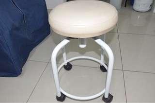 Portable car/stool for beauty saloon use