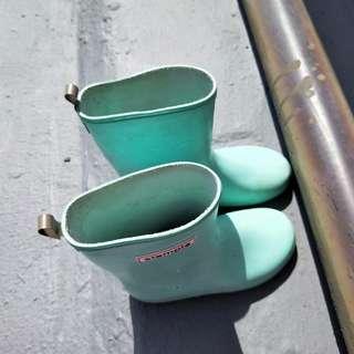正品stample 輕型雨鞋尺寸17男女都適穿有污 女孩配艾莎衣服很搭哦。雨天可以跳水坑很實穿