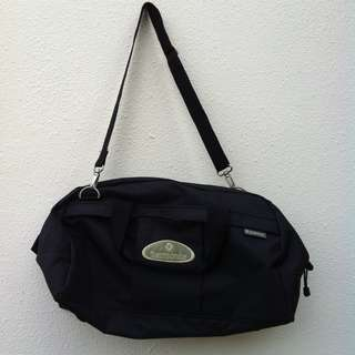 Genuine Samsonite travel bag. Used only twice. Dimension is 55 x 27 x 38cm in height.