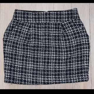 Black and white patterned highwaist skirt.