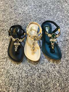 🚚 #女款布玲水鑽夾腳涼鞋 👉👉3色到齊囉 🧞♀️23.23/.24.24/.25 $390