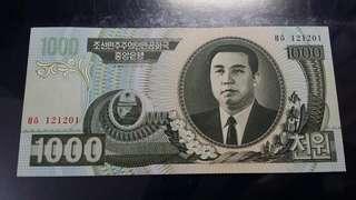 神秘罕有嘅2006年北韓1000圜,原裝一百張拆出,保證新鮮靚紙,難得一見嘅北韓紙,背面係幅好靚嘅風景,近期中韓邊境樓價飛升,趁北韓鈔票未飛升前嘅最後收集良機。鈔票號碼係6位數,並非如新版嘅7位數,所以數量係少好多。 全新直版