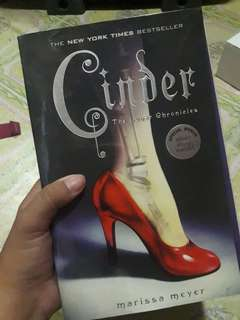 Cinder: The Lunar Chronicles