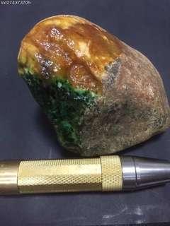 售價:¥29900 商品編號:274373705 BY466緬甸天然翡翠原石,老坎達馬坎黃加綠,黃霧濃,綠色陽,可賭貴妃手鐲,尺寸12*7.5*6cm,重1.18kg