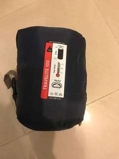 單人充氣墊(x2)、單人睡袋(x1)、手動氣泵(x1)、單人充氣枕頭(x2)