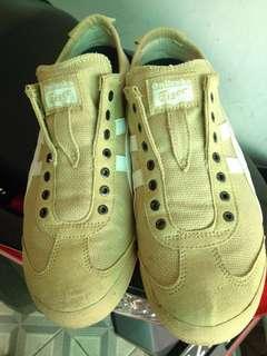 Sepatu sneakers/ casual slip on