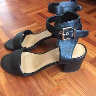 Black sandals size 8