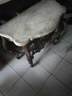 Meja Konsul kecil