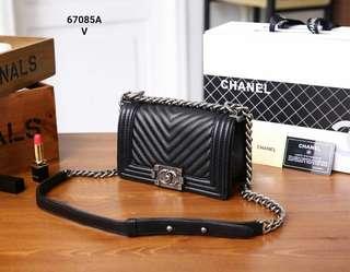 Chanel Small Boy Bag V67085A#22  Bahan kulit kambing Dalaman kain Kwalitas High Premium AAA Mirip seperti aslinya Tas uk 20x6x12cm Berat dengan box 1kg  Warna : -Black Include Box Chanel  Harga @730rb