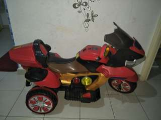 Battery operated kids motorbike (negotiable for fast deal and collect)