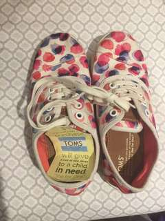 Toms slip ons / shoes Y2