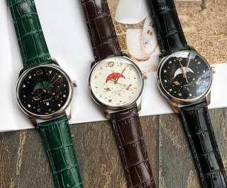 Gucci watch現貨有量!可力推!獨家一手渠道貨!古馳Gucci專櫃最新月相石英男錶,尺寸40毫米拋光不銹鋼薄錶殼,搭配連鎖G表冠,黑色塗漆效果的錶盤,配以星星和星球圖案,Gucci刻度:連鎖G,蜜蜂,星星,鉚釘和金色心形,以及白色,紅色,綠色月相盤,搭配金黃色彗星圖案,按扣底蓋,配以蜜蜂雕花,牛皮錶帶配以不銹鋼針式帶扣,原裝瑞士石英月相機芯,配以防反光塗層,防水級別達到5 ATM(160英尺/ 50米)2年質保,厲害了這個貨,要的快✅✅✅