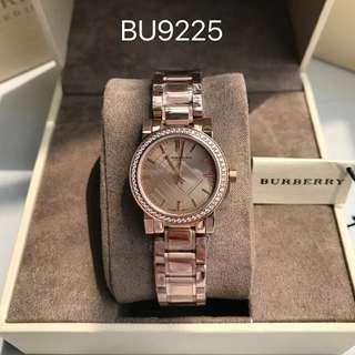 原裝巴寶莉(BURBERRY)經典英倫休閒時尚女士手錶腕錶,銀色鋼帶款9220,玫瑰金鋼帶款BU9225,錶盤直徑27 mm,錶殼:採用316 L精鋼打造,原裝瑞士石英進口機芯。簡約清晰的錶盤線條,做工精細清晰的Logo彰顯品牌風範。外圈進口傑克水鑽閃耀奪目,更顯女性魅力❤️❤️保真支持專櫃驗貨🤒🤒🤒 全文
