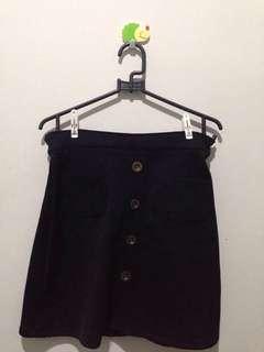 Black Skirt hiasan kancing depan