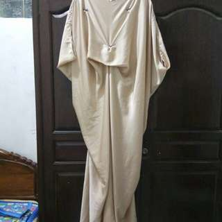 Kaftan satin warna gold