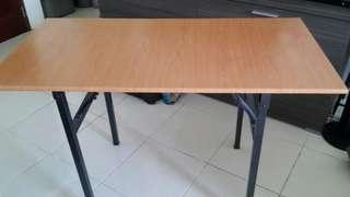 Meja makan kakinya bisa dilipat