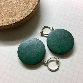 🚚 全新 墨綠圓木片夾式耳環