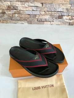 Sandal LV Men#1   Super Mirror Quality.   Size 39-44, Warna Black motif (mirip original) free box, Baguss Banget.  Insole : 39 =23,5cm 40 =24cm 41 =24,5cm 42 =25cm 43 =25,5cm 44 =26cm  Berat 800gr  H 630rb