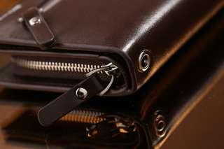 RESTOCK BEST SELLER !! 👝 BOWEISI UNISEX WALLET #412-3 IDR 250.000  Kualitas: Semi Premium Ukuran: 20x2x10cm Bahan: Smooth Leather Variant: Black and Coffee Berat: 0,3kg  Aslinya Bagus Banget. 👍👍 Pria dan Wanita bisa Pakai.
