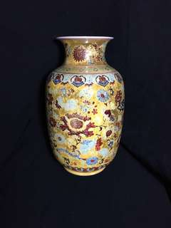 Qing dynasty Famille rose vase 30cm high . 清乾隆年製粉彩并