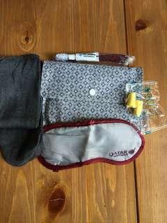 全新卡塔爾航空旅行實用袋 (內有牙膏牙刷,長襪一對,眼罩及耳塞)