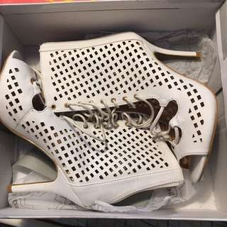 🚨price drop brand new white heels