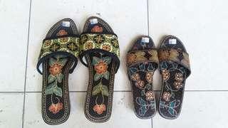 """""""Paket"""" sendal kayu motif bunga2 ( 2 sepatu ) size 34 & 39"""