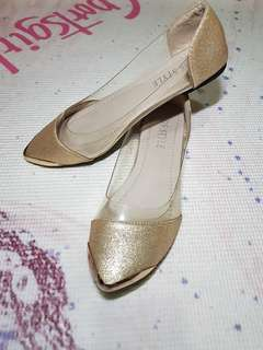 Gold pointed shoes