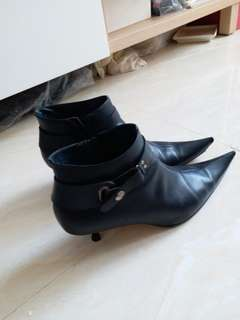 Short boots..by ELLE. MADE of leather.  SIZE : 37 and a half. Almost New