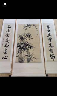 {Collectibles Item - Chinese Ink Painting} Chinese Ink Painting & Couplet On Paper On Scroll 中国墨水圖与对联 -【竹報平安】 軸画長55寸(138cm) 寛22寸(56cm) 对联軸長55寸(138cm) 寛11 1/2寸(29cm) 作者        :思雲(苏州籍画家) 对联作者 :山石(苏州书法家)