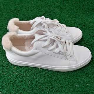 Bershka 後踭粉紅毛毛 白色優閒鞋