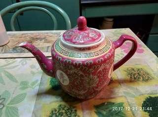 景德鎮出品,紅地萬壽無疆,大茶壺一個。