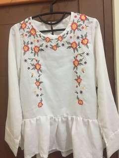 Baju atasan putih motif bunga