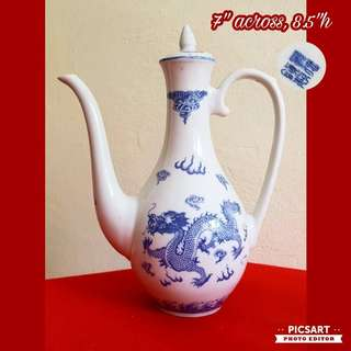 1960s Jing De Zhen Chinese Underglazed Dragons White & Blue Teapot & 8 cups. Size as in photo. Good Condition, no chip no crack. $20 Clearance Sale! Sms 96337309.
