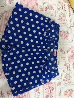 Celana pendek polkadot