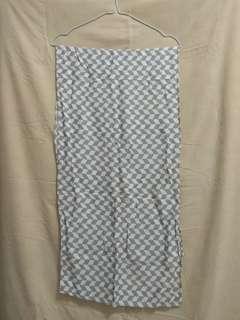 Scraf monocrom Abu Putih