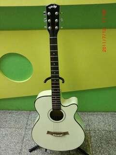白色木吉他