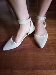 Pointed closed-toe sandals