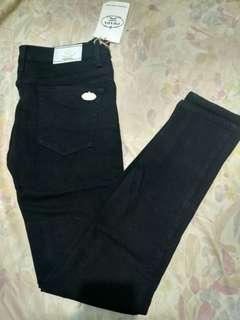 Jeans hitam prada baru beli banget masih ada tag, dijual karena kekecilan salah beli ukuran