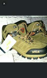 Sepatu outdoor SNTA