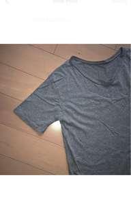 灰色V領上衣