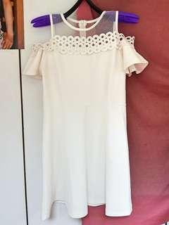 🚚 白色透紗挖肩簡單禮服傘洋