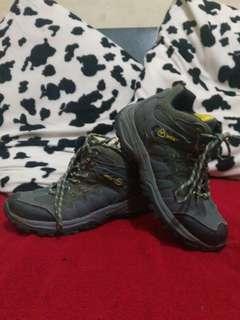 Sepatu gunung cewe