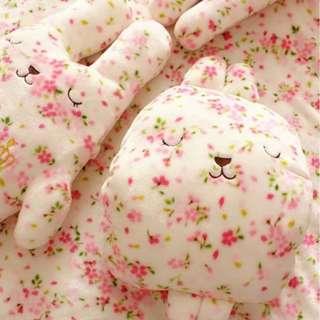 現貨~~櫻花梨花 兔~Q版公仔抱枕兩用毯(圖一左側)