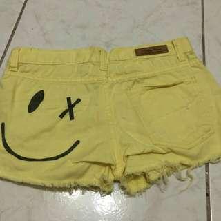 🚚 背面笑臉黃色短褲