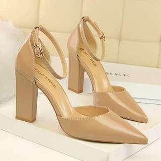 漆皮淺口尖頭壹字帶粗跟高跟涼鞋/Patent leather mouth pointed thick with high-heeled sandals
