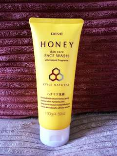 DEVE HONEY SKIN CARE FACE WASH 130g Enriched with Natural Honey, gently cleanses while hydrating skin.Keeps skin's natural moisture balance. Leaves skin naturally soft and smooth. MADE IN JAPAN🇯🇵
