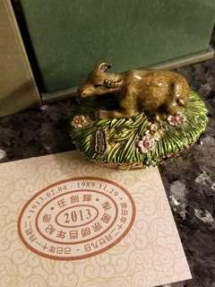 《任劍輝》梨園宗師百年紀念 琺瑯彩配晶石小飾物盒 賣出款項將作慈善捐獻
